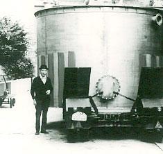 altes Foto vom Gründer mit Lagertank