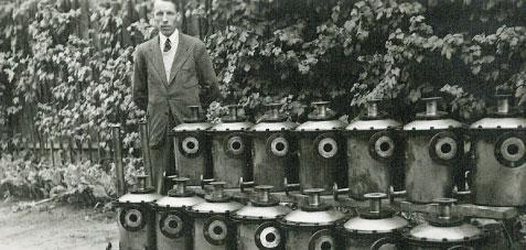 altes Foto vom Gründer mit Behältern